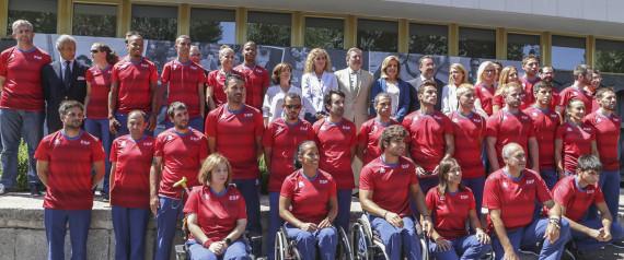 La infanta Elena de Borbón con la vicepresidenta Soraya Sáenz de Santamaría, la ministra Fátima Báñez, el ministro Íñigo Méndez de Vigo durante la despedida del equipo paralímpico español en Madrid. 30/08/2016